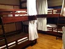 男女混合ドミトリールーム。2段ベッドが3台あります。