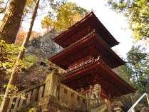 秋のパワースポット「榛名神社」は散策には最高の季節。真っ赤な錦が神秘的な境内を飾ります。