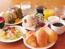 無料の和洋バイキング朝食◎おにぎり・お味噌汁・パン・スープ・ボイルドソーセージ・新鮮野菜のサラダなど