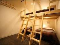 お部屋にはハンガー・鏡、枕元にコンセントがありゆっくりお寛ぎいただけます。