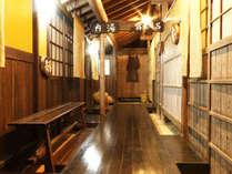 露天風呂の前の廊下。磨かれた木の輝きが歴史を感じさせます。