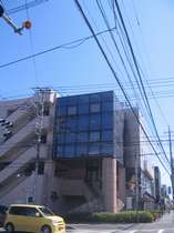 狭山市郵便局すぐ先の交差点角に当ホテルがございます