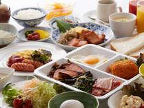 朝食のバイキングは種類豊富な和洋スタイル