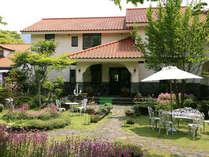 四季の花々や緑にひときわ映える太陽の色の屋根。阿蘇の自然が育てた石でできたスペイン風の建物です。