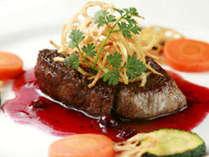 熊本産あか牛のステーキ 赤ワインとブルーベリーのソース添え
