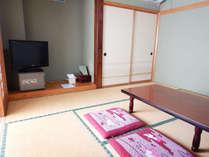定員4名様の和室です。8畳間に1.5畳程の広縁がついています。