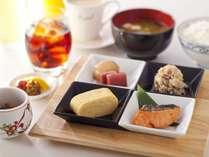 和朝食イメージ、焼魚・一品・出し巻卵・納豆まで付いて500円、ドリンクフリー