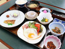 *朝食一例/白米に合うおかずが沢山並びます。