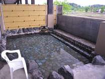 *大きな岩風呂で楽しめる露天風呂。