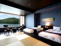 【和洋室】界遠州のスタンダードルーム。琉球畳のスペースにベッドを配したモダンなゲストルームです。