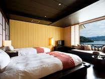 【洋室 湖向きベッド】湖向きに配したベッドより目の前の窓より広がる浜名湖の眺めを楽しめます