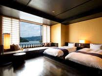 【洋室】フローリングにロータイプベッドを配したゆとりの客室。大きな窓からは浜名湖が