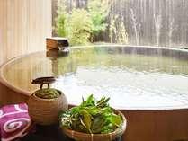 「華の湯」の露天風呂にてお茶玉入浴をお楽しみください