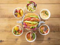 野菜たっぷりサンドをメインに、サラダやスープなどのサイドメニューもご用意しております