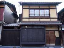 京町家の趣を最大限に残した風情ある市松庵外観。