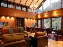 渓谷を望むロビー。全12戸のコテージ客室は、全館貸切の利用も可能。会社単位グループ単位でどうぞ