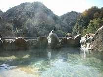 渓流と山並を見渡す絶景露天風呂