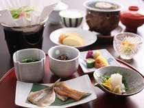 温泉豆腐や出し巻きなど体に優しい和朝食一例