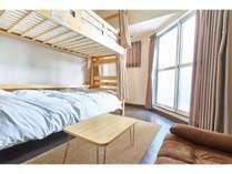 【ファミリールーム】2段ベッドが1つ、エキストラ布団が1つ、ソファーベッドが1つ、最大4名様