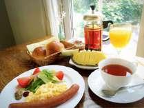 スタンダード朝食の一例:温かなイングリッシュブレックファーストを心をこめてサーブ形式でご提供。