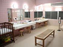 【お風呂】女性大浴場/脱衣所にはベビーベッドを設置