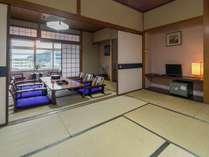 【お部屋】街側|二間続き和室(20畳)/3世代でのご旅行にいかがですか?