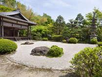 ・【敷地内景色】手入れの行き届いた中庭。京都らしい和の趣を大切にしております。