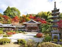 ・【敷地内にある日本庭園と能舞台】手入れの行き届いた中庭。京都らしい和の趣を大切にしております。
