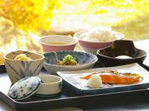 ・【朝食例】温泉卵・焼き魚・小鉢など。バランスの良い出来たてのお食事です。