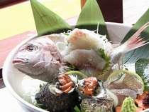 日本古来より祝い事の席には欠かせない「鯛」。当館では古に思いを寄せ、鯛の姿造りをお贈りします