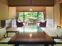 【特別室】10帖+次の間+広縁の広々とした造り。当館庭園を目の前にご覧いただけるお部屋