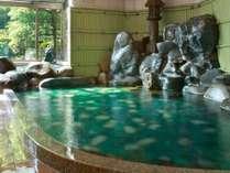 【殿の湯】当館庭園より発掘したメノウを敷き詰めた湯殿。神秘的な輝きと玉造の美肌の湯をお楽しみください