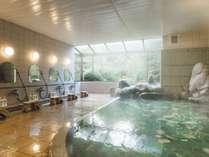 【殿の湯(朝)】朝日が差し込む大浴場