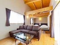 コテージの室内です。ベッドが2台とロフト室に布団が2組あります。広々とした室内で快適に過ごせます。