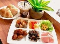 朝食形式 和洋食バイキング美味しいパンやコーヒーなど提供です。7:00~9:00(L.O.)