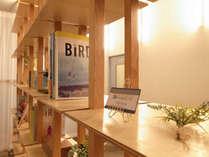 ラウンジには様々な本や雑誌を揃えました。どうぞ手に取ってご覧ください。