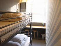 ツインルーム。二段ベッドにワクワク!窓際には横長デスクもありお仕事にも◎。
