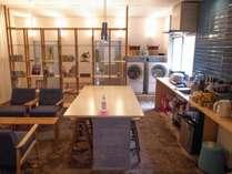 広々とした共用スペース。右がシェアキッチン、ダイニング、左がラウンジです。