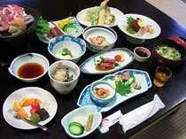 """*【夕食】美しく鮮やかに盛り付けられた地産の美味をお召し上がりください。"""""""