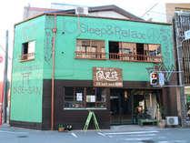 「吹上」という交差点の一角にある緑の建物です。