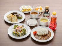 朝食盛り付け例。和風だしカレーも人気です。