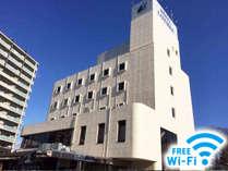 ホテル外観。施設最上部に見えるリブマックスロゴが目印です。