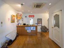 〈フロント〉明るくシンプルなフロントでは、いつでもお客様を温かくお出迎え致します。