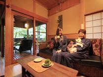 バリ島オーダーメイドの家具で設えた非日常空間。