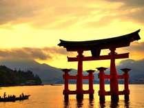 宮島までは車とフェリーで30分。時期限定のナイトクルーズや朝の直行便も有!
