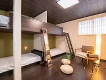 2F:寝室4名様まで2段ベッドをご利用頂けます。5名様以上の場合は床にお布団をご用意いたします。