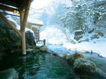湯西川と一体感の男性露天風呂。八百年の湯西川温泉発祥の「藤鞍の湯』100%源泉掛け流し温泉。