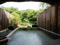 深山清流と一体感の源泉かけ流し貸切露天風呂。4~5人でも悠々の大きさです。