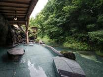 湯西川温泉発祥の湯。800年溢れ続ける源泉かけ流し温泉。清流と一体感で癒されます。