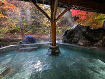 紅葉の深山と湯西川清流沿いの美肌温泉